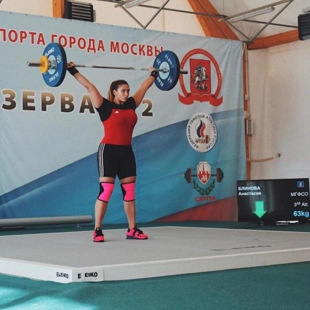 Anastasia, halter, yüzme, powerlifting ve koşu ile uğraşıyor.