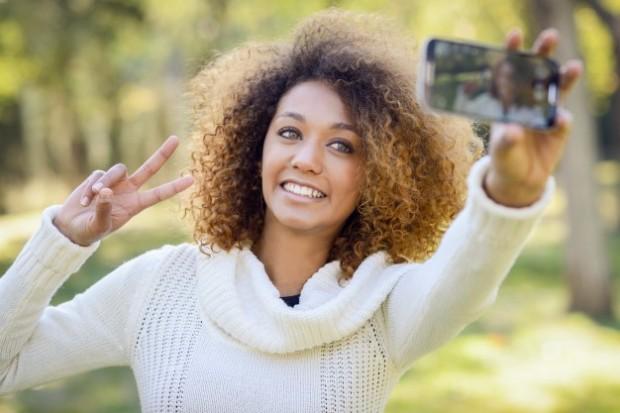 5. Selfie çekerken sadece kendisi ve saçları çıkar