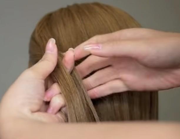 2. Bu tutamı sağ ve soldan iki kalın ortadan ince saç tellerine ayırıyoruz.