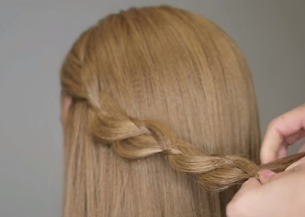 6. Soldaki örgüyü yaptıktan sonra örgüdeki saç tellerini sol ve sağ taraftan hafifçe çekiştirip öne çıkarıyoruz.