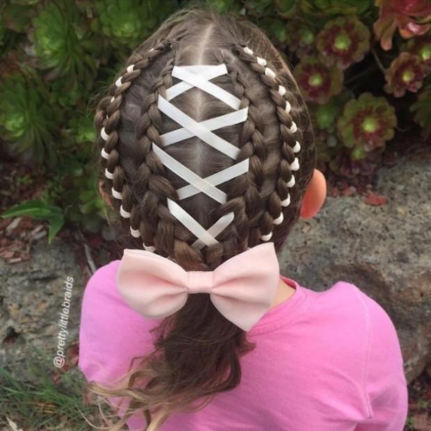 1. Küçükken kız çocuklarının saçlarını okula giderken her anne mutlaka örmüştür.