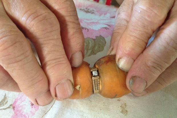 Bir havucun gövdesine takılı nişan yüzüğü