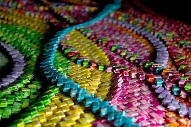 1. Emily Seilhamer isimli moda tasarımcısı şekerleme paketlerinden elbise tasarladı!