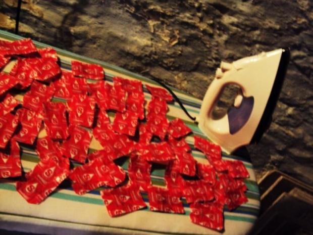 3. Bu şeker kağıtlarını tek tek ütületti...