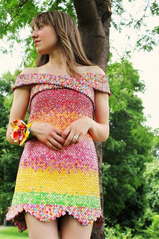 7. Sizce de tasarımcının şeker kağıtlarından yaptığı elbise çok şeker ve göz alıcı değil mi?