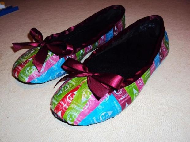 8. Elbisesine takım oluşturacak bir de ayakkabı hazırlamış yetenekli tasarımcı...
