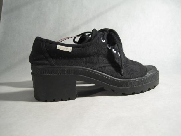 17. Neredeyse herkeste olan bu ayakkabılar..