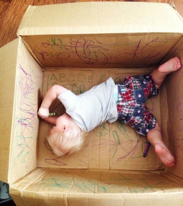 4. Duvarları boyayacağına bırakın kutunun içine eğlensin.