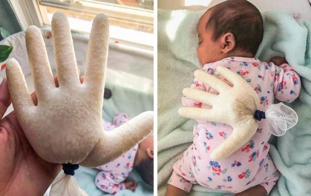 10. Elini çekince bebeği hemen uyandığı için plastik eldivenin içini pirinçle doldurup şöyle bir yöntem bulan bu insan.