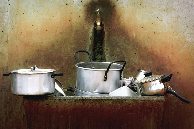 1. Mutfak araçlarını parlatmak için sirke ve su kullanmanız yeterlidir.