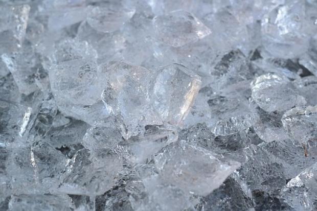 3. Yemeklerin üzerindeki fazla yağı almak için buzu ince bir beze sarıp yağlı kısımlara dokundurun.