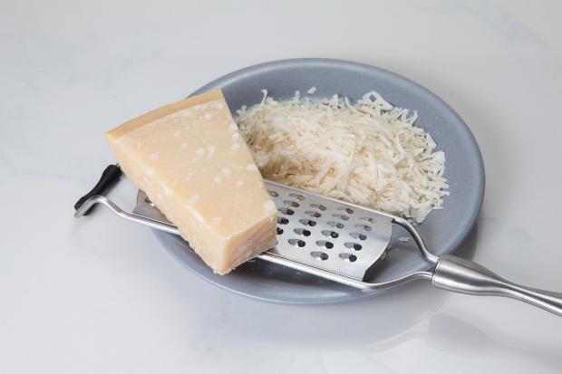 4. Rendeleyeceğiniz peyniri yarım saat süresince buzdolabının dondurucu bölümünde bekletin.