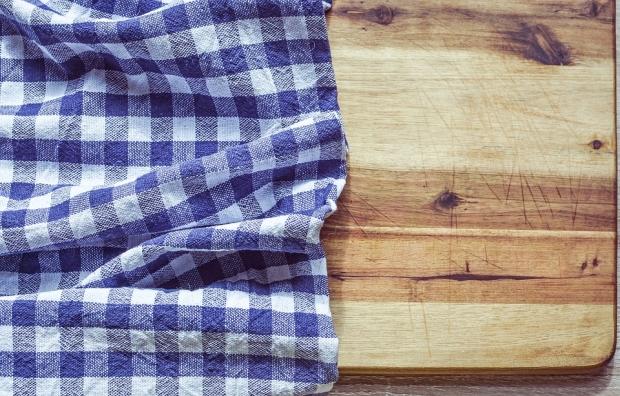 8. Kesme tahtalarını temizlemek için limon suyunu ve tuzu karıştırıp ovduktan sonra 1 saat böyle bekletin.