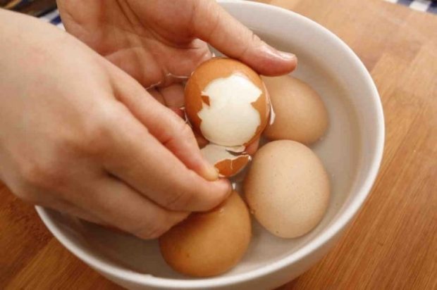 15. Yumurtaları daha rahat soyabilmek için kaynayan suya karbonat ekleyin.